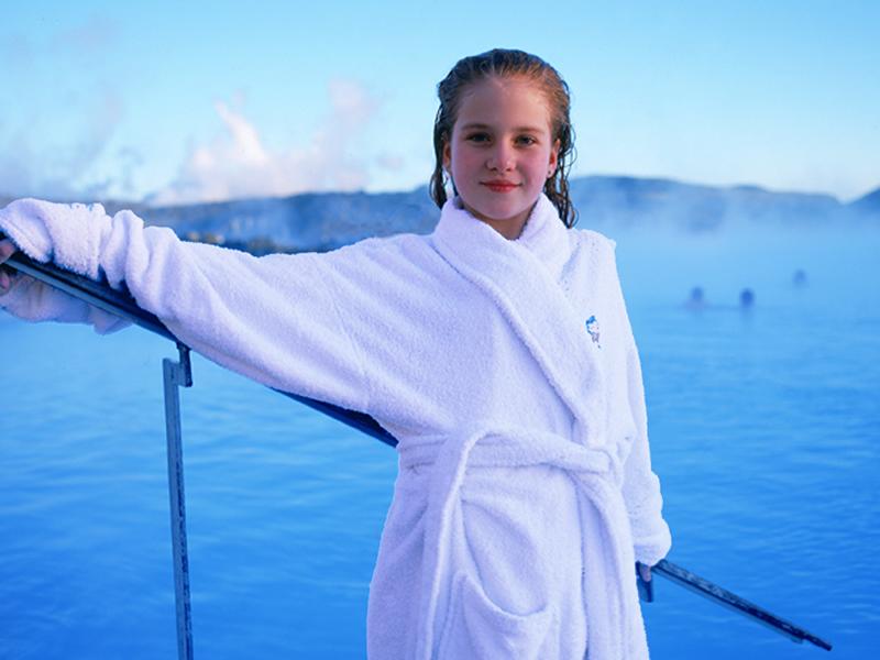 JUL OG NYTTÅR PÅ ISLAND_Med barn på Island i førjulstiden_Bade i Den Blå Lagune på Island © Din Islandsreise
