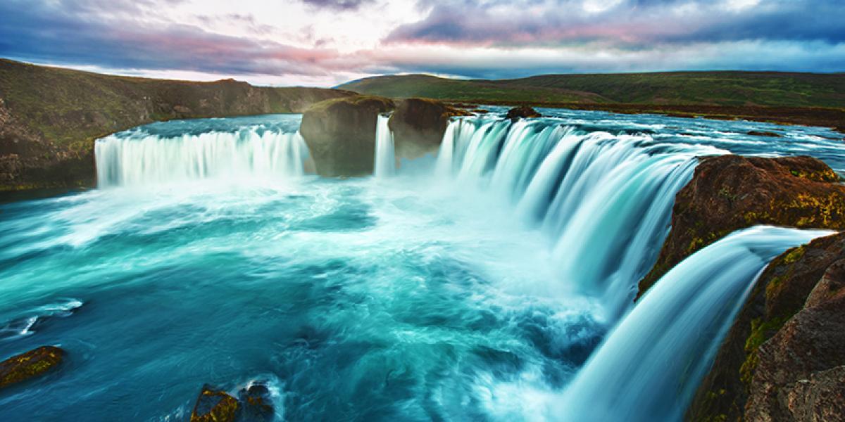 BilFERIE PÅ ISLAND_Klassisk bilferie rundt Island_Den vakre Godafoss © Din Islandsreise