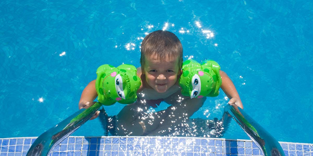 FAMILIEFERIE PÅ ISLAND_Sommerferie på Island med barn_Mye bading på sommerferien på Island © Din Islandsreise