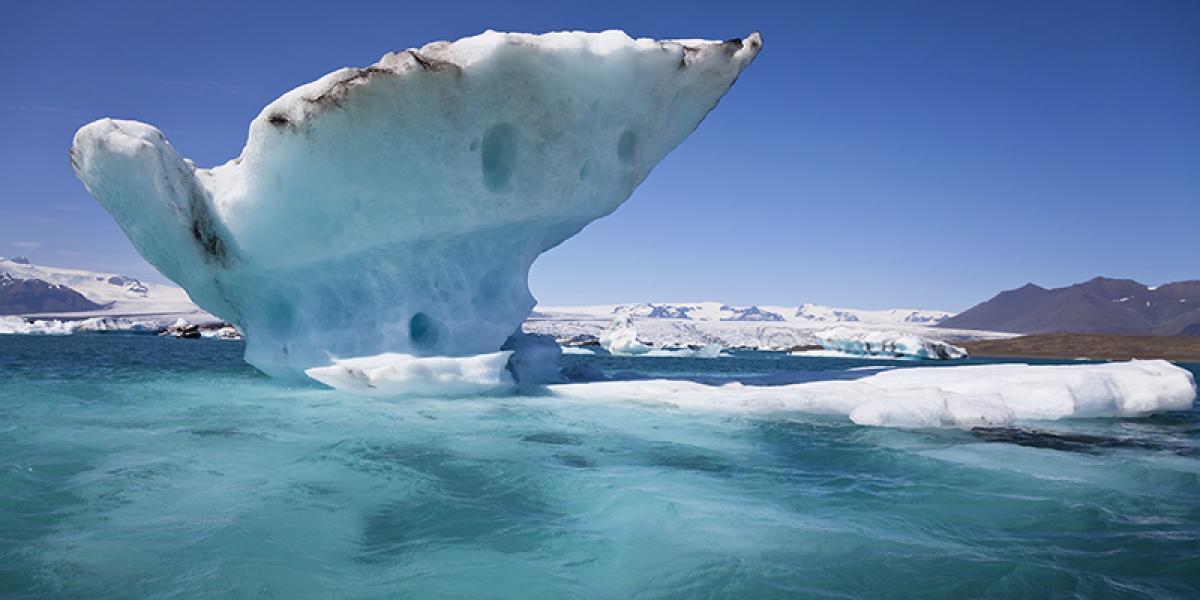 GUIDEDE TURER PÅ ISLAND_Dagsturer fra Reykjavik_Sommer_Isfjell på isbrelagunen Breidarmerkurlon © Din Islandsreise