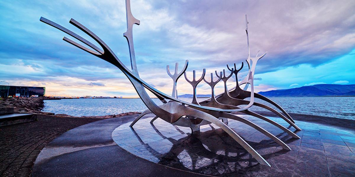 JUL OG NYTTÅR PÅ ISLAND_Juletur til Island_Vikingskip i Reykjavik © Din Islandsreise