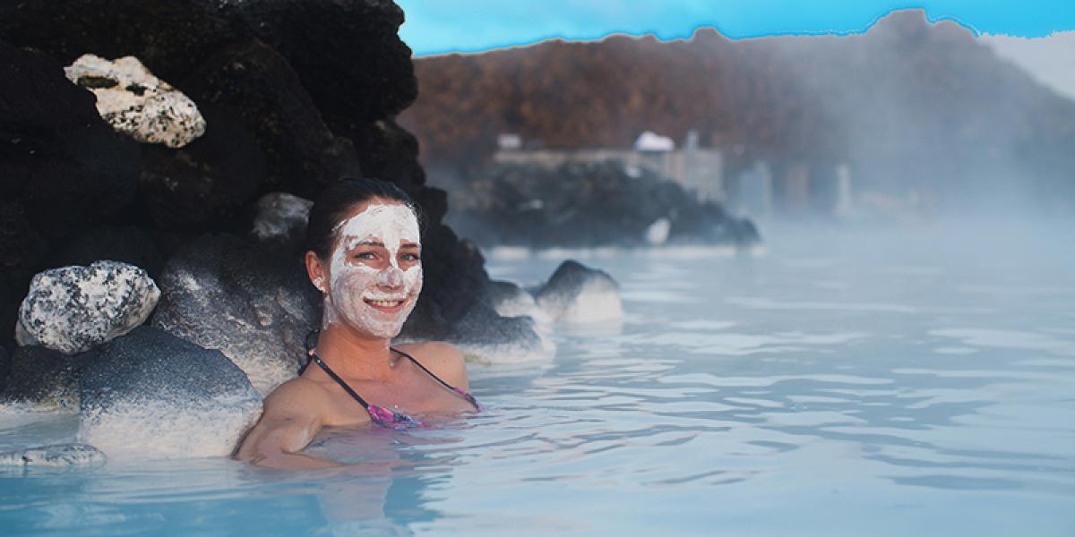 JUL OG NYTTÅR PÅ ISLAND_Nyttårstur til Island_Deilig bading i Den Blå Lagune på en nyttårstur til Island © Din Islandsreise