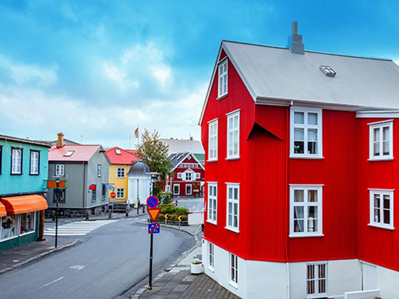 FAMILIEFERIE PÅ ISLAND_Reykjavik med mange fargerike og sjarmerende hus © Din Islandsreise